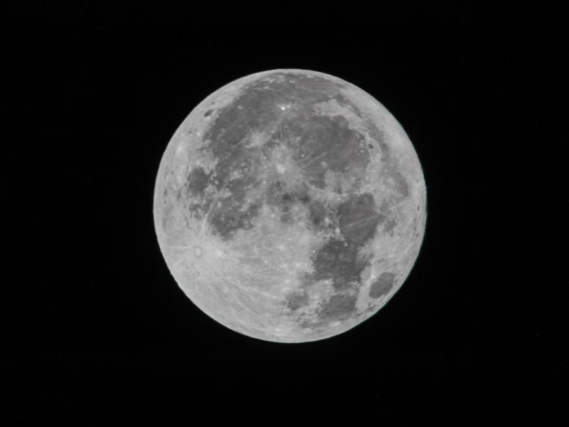 今日の満月は本当に美しい